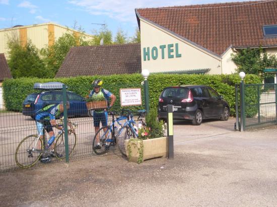 Devant l'hôtel
